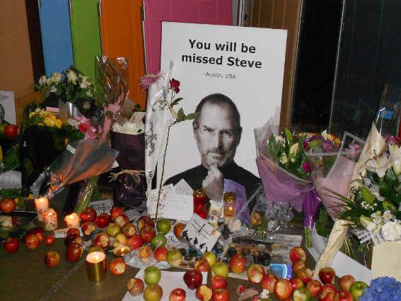 Picture showing Steve Jobs' memorial